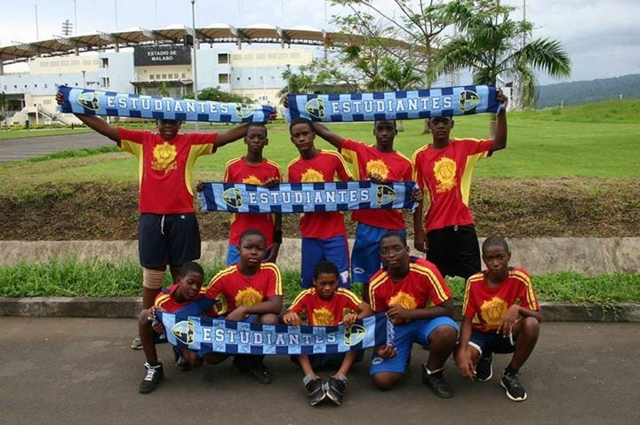 Alumnos del colegio Español de Guinea Ecuatorial con material de Fundación Estudiantes