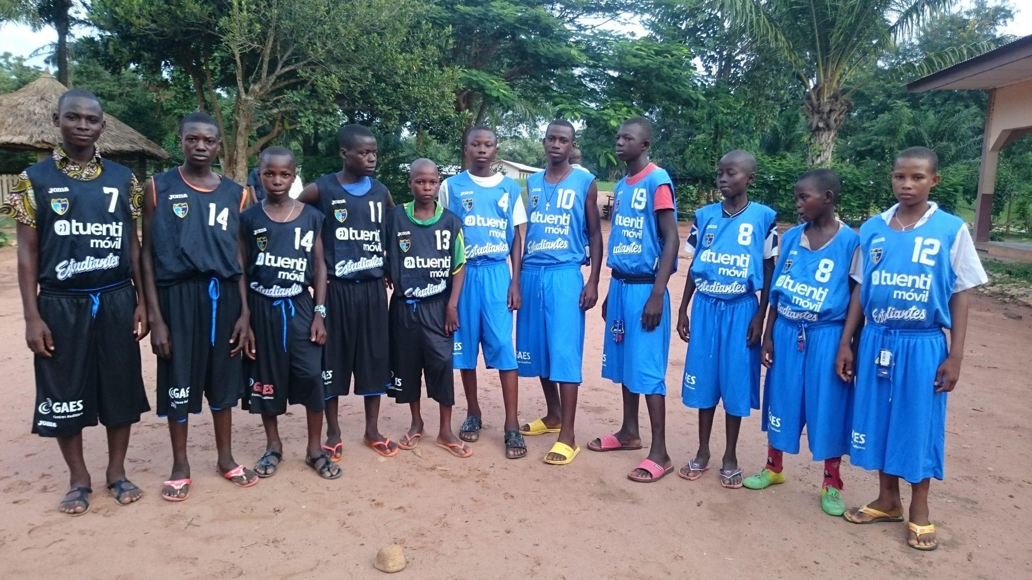 Forus viste del Estu al colegio San Andrés de Bakouma, en República Centroafricana