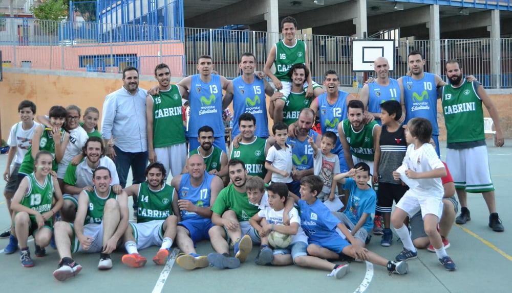 Los veteranos de Movistar Estudiantes en el patio del colegio… Cabrini