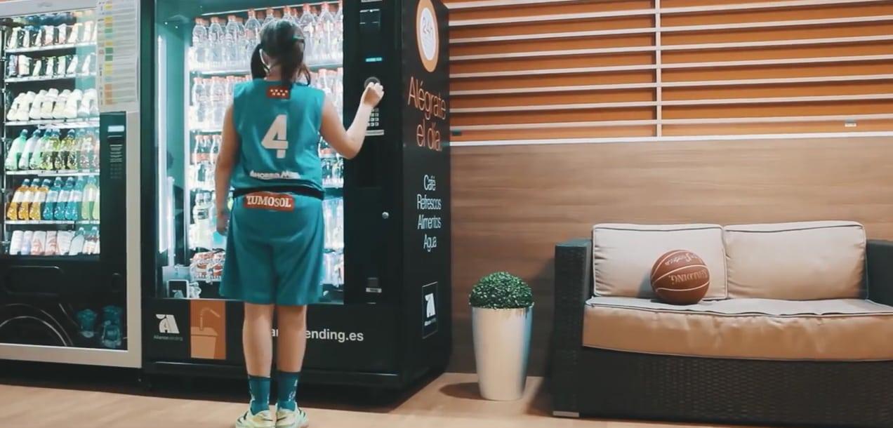 VÍDEO: En la máquina de refrescos…