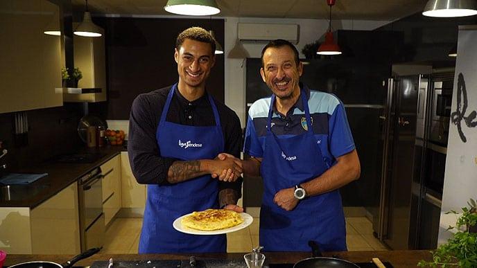 Hoy cocinamos con… Salva Maldonado y Edwin Jackson. Confesiones de entrenador y anotador mientras preparan una tortilla…