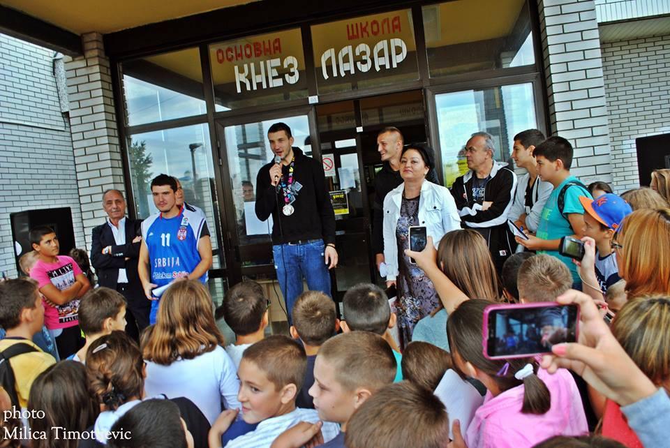 Baño de masas para el subcampeón del mundo Stefan Bircevic en Serbia antes de unirse a Tuenti Móvil Estudiantes