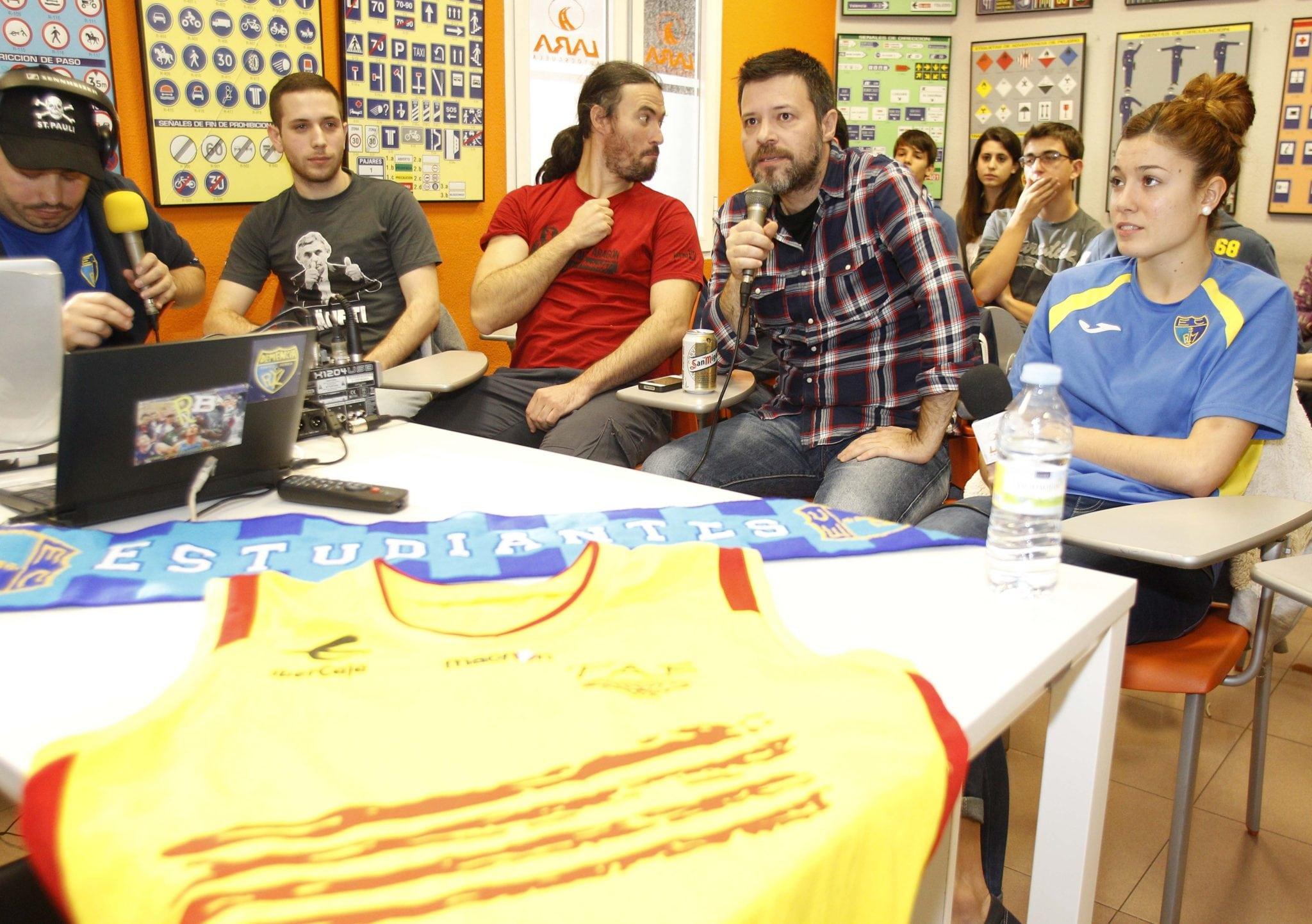 Vive el derbi más demente con Quequé, José Ajero, Jacobo Rivero y más en Autoescuela Lara a través de EstuRadio o streaming