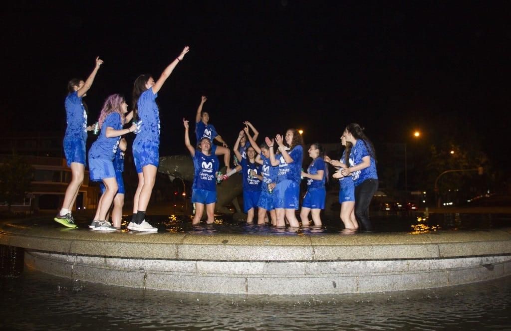 Visita a la fuente de los delfines para celebrar el regreso de Movistar Estudiantes a Liga Femenina