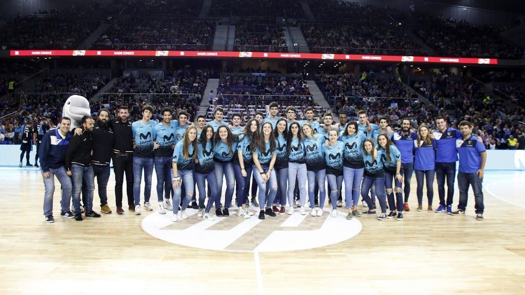 ¡Campeones! ¡Campeonas! Los equipos junior de Movistar Estudiantes reciben el aplauso de su afición en el derbi