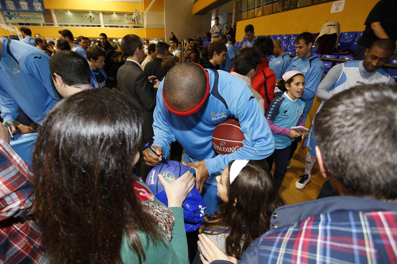 Tariq firmando a los seguidores