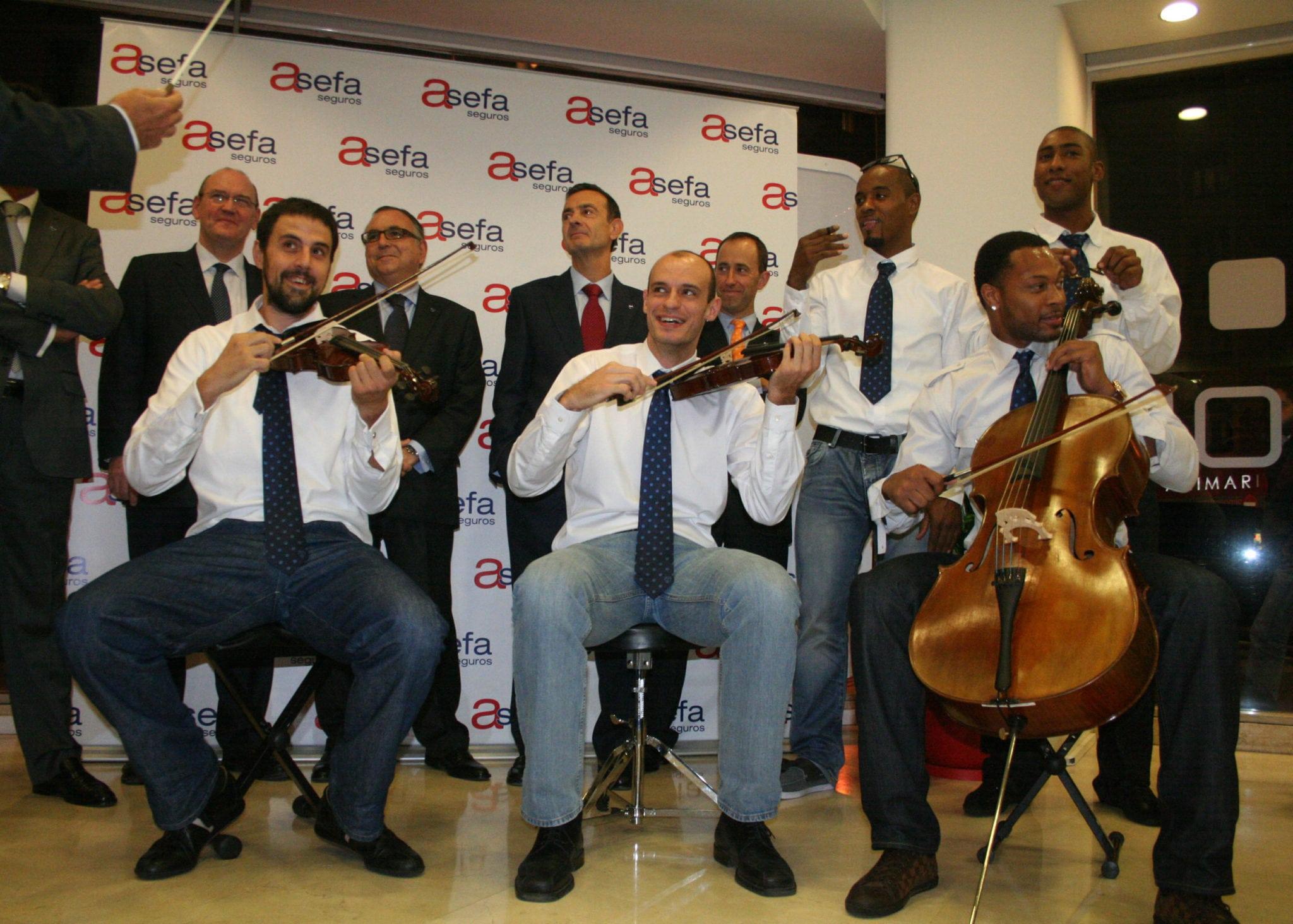 Los jugadores dan la nota en la inauguración de la nueva delegación de Asefa Seguros