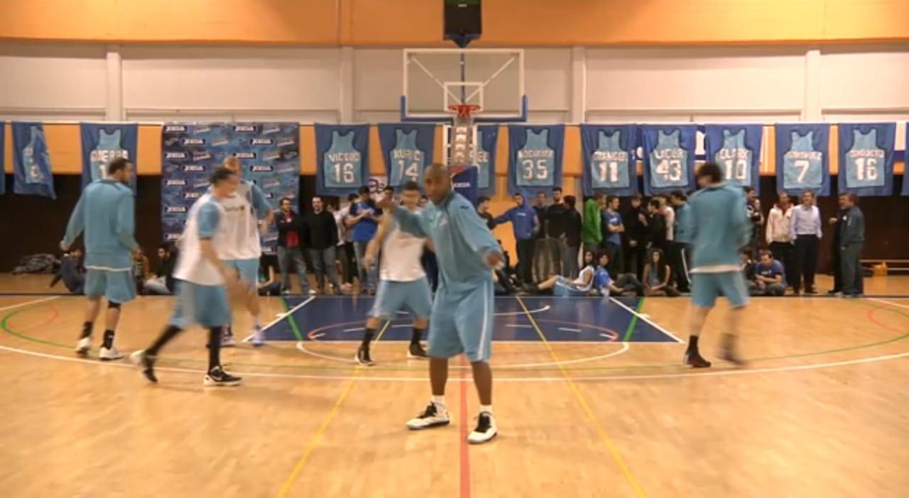 De repente, en el entrenamiento, Jayson empieza a bailar y… ¡Harlem Shake estudiantil!