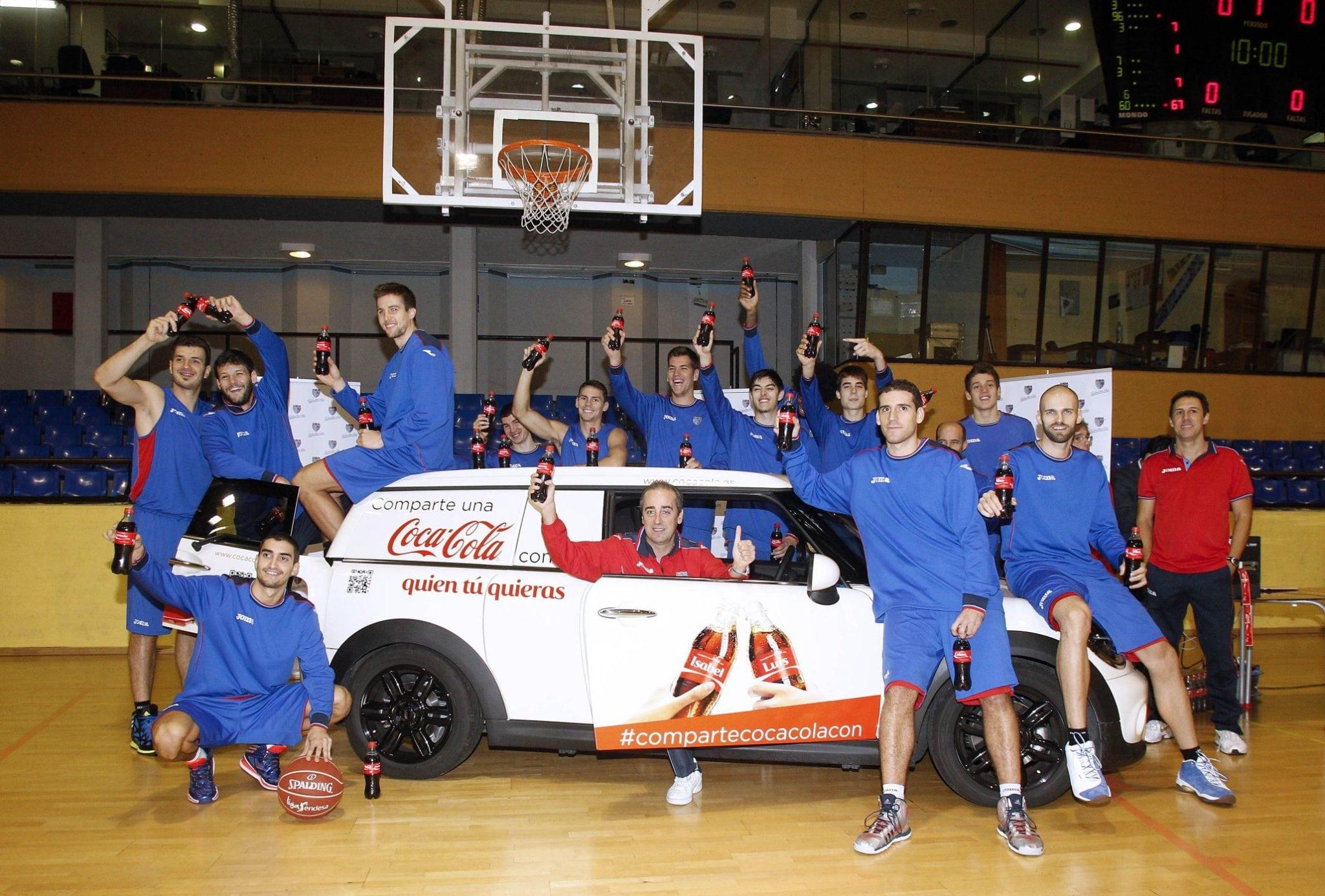 Comparte una Coca-Cola con el Estu, el primer equipo de Madrid en recibir sus botellas personalizadas.