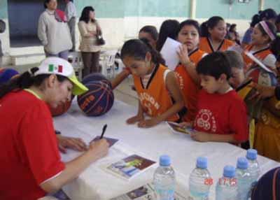 ERIKA GÓMEZ, JUGADORA DE USP-CEU MMT ESTUDIANTES, ESTRELLA SOLIDARIA EN SU PAÍS
