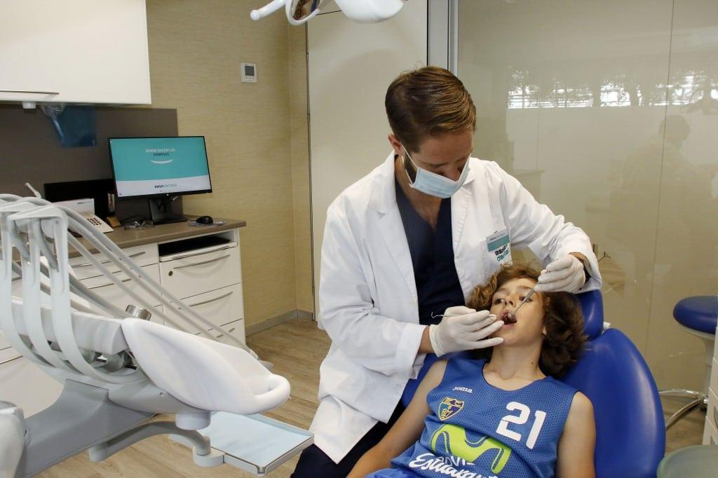 VÍDEO| ¡Revisión a revisión! Asisa Dental ofrece una revisión bucodental gratuita para los jugadores de la cantera de Movistar Estudiantes