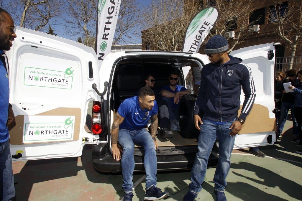 ¿Cuántos jugadores de más de dos metros entran en un vehículo eléctrico de Northgate?
