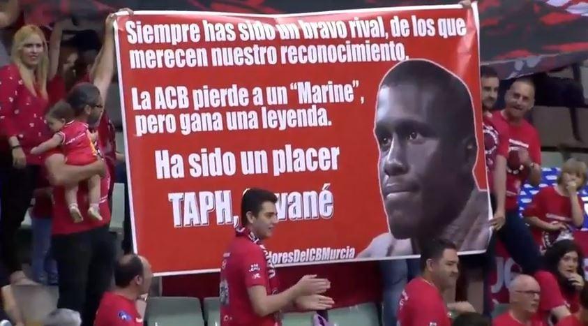 Savané, también reconocido en su retirada por la afición de UCAM Murcia