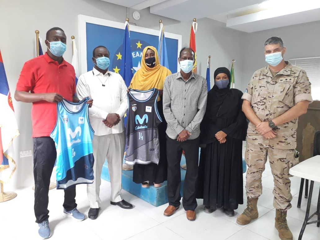 El Mando de Operaciones, Fundación Estudiantes y Movistar donan material deportivo al equipo de baloncesto femenino somalí